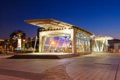 Station d'aéroport de MRT Songshan la nuit Image stock