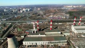 Station d'electropower de la chaleur avec la cheminée de deux rouges banque de vidéos