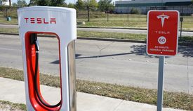Station de charge de Tesla Photo stock