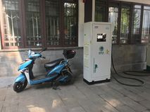 Station de charge de voiture électrique - avec la motocyclette Images libres de droits