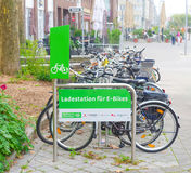 Station de chargement pour les vélos électriques Photographie stock libre de droits