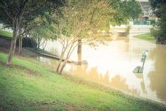 Station de déchets et conteneur de déchets inondés près de bridg de crue subite photo libre de droits