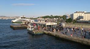 Station de ferry près de pont de Galata dans Istanbuls Oldtown Sultanahmet, Turquie photos libres de droits
