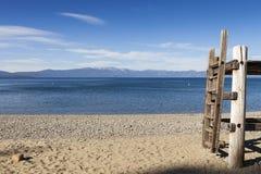 Station de garde de vie sur la plage de lac de sable Photo stock