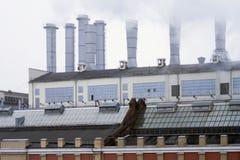Station de la chaleur dans la ville Tuyaux de tabagisme contre le ciel bleu Tuyaux en aluminium de vieux bâtiment industriel d'us photo libre de droits