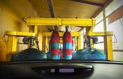 Station de lavage de l'intérieur d'une voiture pendant le lavage Images libres de droits