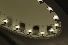 Station de métro avec des fléaux à Moscou Allumage à la station de Majakovskaja Photographie stock libre de droits