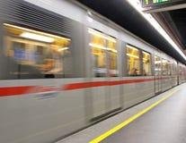 Station de métro avec le train qui fonctionne Image stock