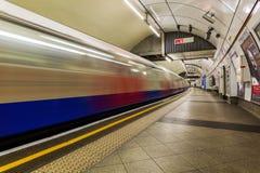 Station de métro de Londres avec le train dans la tache floue de mouvement Photographie stock libre de droits
