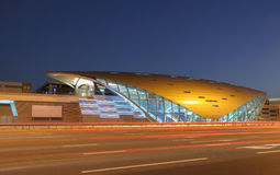 Station de métro neuve futuriste de Dubaï photographie stock