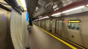 Station de métro -1 de Roosevelt Island New York City banque de vidéos