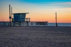 Station de maître nageur au coucher du soleil dans Venice Beach, la Californie photos stock