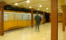 Station de métro et train historiques à Budapest Photographie stock libre de droits