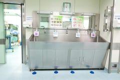 Station de nettoyage de salle d'opération photographie stock