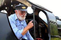 STATION DE NORDEN, DORSET, R-U - 8 AOÛT 2015 : Conducteur de train de vétéran Images stock