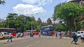 Station de porte d'église dans la ville Inde de Mumbai avec le croisement d'autobus et de personnes image stock