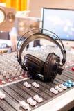 Station de radio : Écouteurs sur un bureau de mélangeur dans un studio professionnel d'enregistrement sonore images stock