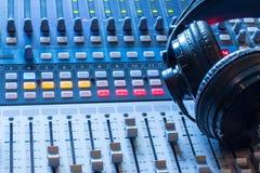 Station de radio : Écouteurs sur un bureau de mélangeur dans un studio professionnel d'enregistrement sonore photos stock