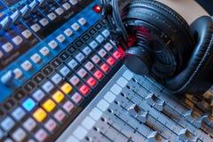 Station de radio : Écouteurs sur un bureau de mélangeur dans un studio professionnel d'enregistrement sonore images libres de droits