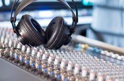 Station de radio : Écouteurs sur un bureau de mélangeur dans un studio professionnel d'enregistrement sonore photo stock