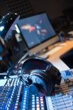 Station de radio : Écouteurs sur un bureau de mélangeur dans un studio professionnel d'enregistrement sonore image stock