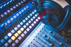 Station de radio : Écouteurs sur un bureau de mélangeur dans un studio professionnel d'enregistrement sonore photographie stock