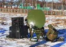 Station de radio de radio de l'armée israélienne se déployante en conditions naturelles image stock