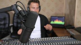 Station de radio, plan rapproché de microphone professionnel sur le fond DJ dans des écouteurs banque de vidéos