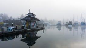 Station de ravitaillement sur un froid, toujours matin Photographie stock libre de droits