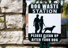 Station de rebut de signe de chien noir et blanc extérieur d'énonciation images stock