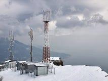 Station de relais sur la roche bloquée par la neige Photographie stock libre de droits