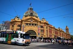 Station de rue de Flinders avec le tram Image stock