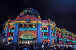 Station de rue de Flinders la nuit blanc Photo stock