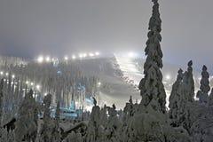 Station de sports d'hiver à la soirée images libres de droits