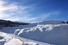 Station de sports d'hiver à la soirée du soleil Images libres de droits