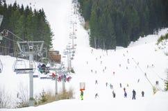 Station de sports d'hiver, ascenseur de remonte-pente de chaise Photographie stock