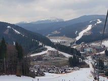 Station de sports d'hiver de Bukovel, vue d'ascenseur images stock