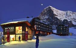 Station de sports d'hiver chez Kleine Scheidegg avec la montagne d'Eiger Alpes suisses Image libre de droits