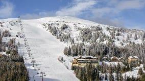 Station de sports d'hiver dans les Alpes autrichiens banque de vidéos
