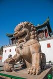 Station de sports d'hiver de Chengde dans Putuo, province de Hebei par le temple de la porte d'une paire de lions Photo libre de droits