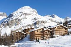 Station de sports d'hiver de montagne Images stock