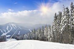 Station de sports d'hiver de montagne Photos stock