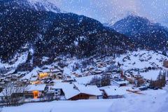 Station de sports d'hiver de montagnes Solden Autriche au coucher du soleil Images stock