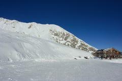 Station de sports d'hiver sur les montagnes neigeuses Photographie stock libre de droits
