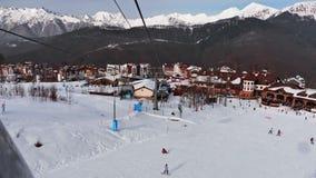 Station de sports d'hiver Tir du funiculaire dans les montagnes neigeuses banque de vidéos