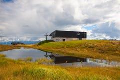 Station de sports d'hiver vide de montagne à Kitzbuhel Image libre de droits