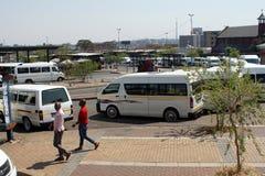 Station de taxis pour les fourgons partagés à Johannesburg photographie stock