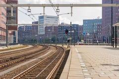 Station de train abandonnée avec des immeubles de bureaux Photo libre de droits