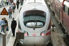 Station de train allemande avec de la GLACE, le chef d'orchestre de tran et les passagers Photos stock