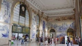 Station de train de bento de sao de Porto, Portugal avec la décoration de foule et de tuiles d'Azulejo banque de vidéos